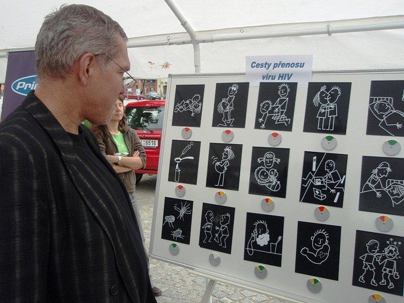 Ředitel České společnosti AIDS pomoc Ivo Procházka si prohlíží jednu z vystavených prezentací.