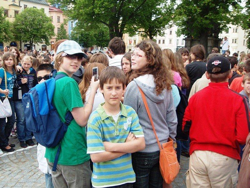 Vzpomínková akce za oběti AIDS v Jihlavě: na náměstí přišly stovky dětí.