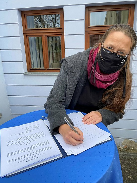 Koaliční smlouvu podepsala i Blanka Lednická za Piráty.