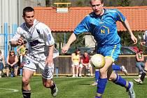 Fotbalisté Telče (u míče Tomáš Holý) sestupují do I.B třídy. Bude i v příštím roce trénovat Telč nynější kouč Petr Kozák?