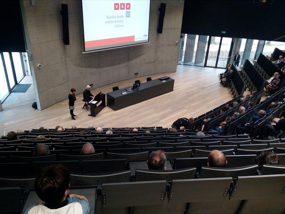 Posluchárna má kapacitu 330 osob, může být využívána i pro kulturní akce.