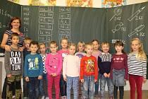 Na fotografii jsou žáci 1. třídy Základní školy Stonařov pod vedením třídní učitelky Zuzany Šimkové. V letošním roce nastoupilo do první třídy celkem 13 prvňáčků. Základní školu ve Stonařově navštěvuje ve školním roce 2017/2018 163 žáků v devíti ročnících
