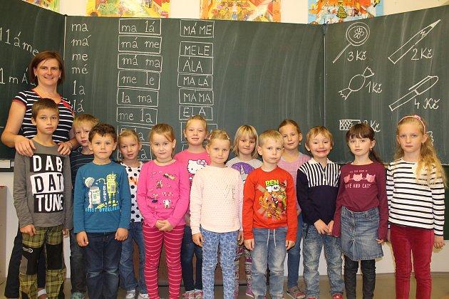 Na fotografii jsou žáci 1.třídy Základní školy Stonařov pod vedením třídní učitelky Zuzany Šimkové. Vletošním roce nastoupilo do první třídy celkem 13prvňáčků. Základní školu ve Stonařově navštěvuje ve školním roce 2017/2018163žáků vdevíti ročnících