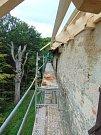 Opravy na hradě Roštejn.