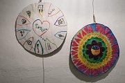 Symbolické kruhy, které vytvořily děti z nízkoprahového klubu Zastávka Telč.