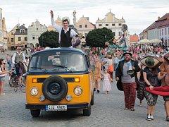 Slavný provazochodec Saltimbango alias Václav Vrátil z Třeště (stojí na korbě auta) na náměstí Zachariáše z Hradce, kde ho v sobotu přivítaly davy lidí.