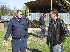 Jurij Namjak a místní policista, který nečinně přihlížel starostově zvůli. Namjak byl v té době starostou obce Vrchní Vodňany, správní centra pro obec Strymba, kde Kraj Vysočina zajistil novou ambulanci rodinné medicíny.