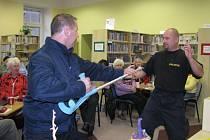 Účinná obrana. Policisté učí seniory jak správně řešit krizové situace, bránit se napadení i čelit podvodníkům.