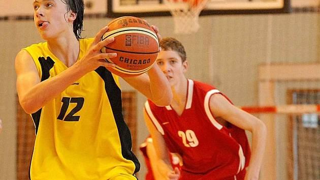 Basketbaloví kadeti BC Vysočina porazili ve velké bitvě Proton Zlín a o den později i Moravskou Ostravu. K tahounům domácího celku patřil Martin Novák (s míčem).
