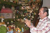 Řezbář na jedné figurce pracuje zhruba dvacet hodin, nejvíce práce mu prý dají sloni a velbloudi.