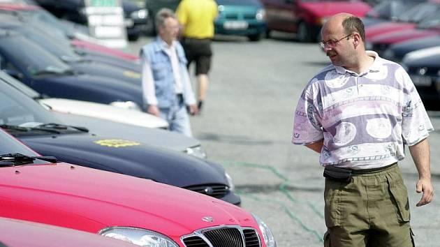Vidina výhodné koupě automobilu ze zahraničí vedla desítky lidí k tomu, že sedli na lep podvodníkovi. Ten od svých obětí vylákal téměř tři miliony korun. Ilustrační foto.