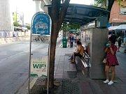 Zastávka městské hromadné dopravy, mnohdy na nich chybí i ty nejzákladnější informace.