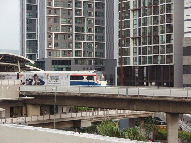 Souprava nadzemní dráhy vyjíždí zjedné zbangkokských stanic.