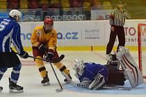 Na svém ledě se starší dorostenci Dukly (ve žlutém) představili hned dvakrát. V obou utkáních se trápili v koncovce a nakonec mohou být rádi alespoň za dva body.