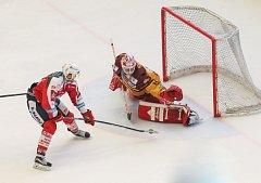 Jihlavští hokejisté měli v osmém zápase baráže o extraligu slavné Pardubice na kolenou, ale ve třetí třetině ztratili tříbrankové vedení. Dokázali se však z toho dostat a vybojovat cenný bod v samostatných nájezdech.