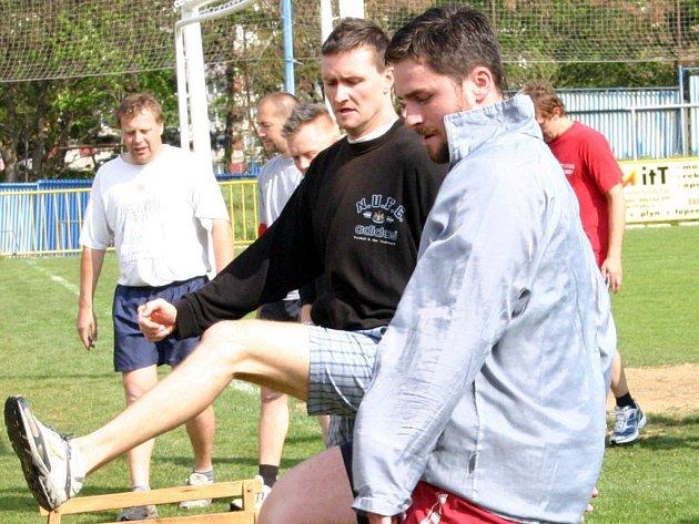 Hokejový útočník Michal Oliverius (vpředu) se stal novou posilou Horácké Slavie Třebíč. Zatím se teprve seznamuje s týmem i s městem.