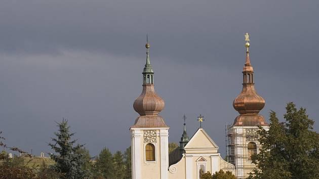 Rekonstrukce kostelních bání začala před osmi lety, kdy se nové střechy dočkala pravá strana.