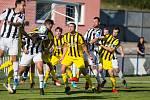 Bedřichovští fotbalisté (ve žlutém) mají momentálně od trenéra individuální tréninkové plány. Pokud to situace dovolí, tým odstartuje zimní dril. Klidně bude trénovat i ve skupinkách.
