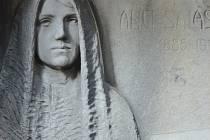 Památky na hřbitově.Detail secesního náhrobku Anči Saláškové na hřbitově v Polné.