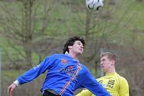 Fotbalisté Velkého Meziříčí (v modrém František Pokorný) a Jihlavy B (ve žlutém Daniel Nešpor) zimní soustředění absolvují už tradičně. Trenéři obou týmů si možnost společného pobytu s hráči pochvalují.