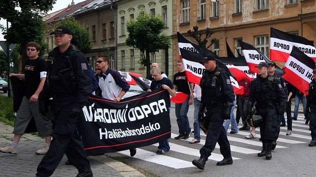 Neonacisté z Vysočiny jedou do Prahy. Příznivci Národního odporu Havlíčkobrodska při pochodu Jihlavou v loňském roce.
