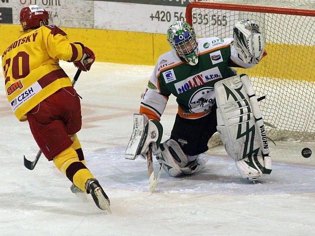 Jihlavští hokejisté si poradili s tápajícím Mostem. Tomáš Čachotský v této šanci gólmana Sáblíka sice nepřekonal, ale v závěru s notnou dávkou štěstíčka se do střelecké listiny přece jen zapsal.