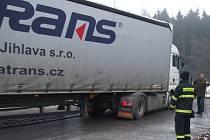 Řidiči dlouhých nákladních aut musí být obzvlášť opatrní například na kruhovém objezdu u průmyslové zóny s firmami Bosch Diesel a Automotive Lighting. V pondělí zde měl jeden šofér nehodu, vysypal náklad – pivo.