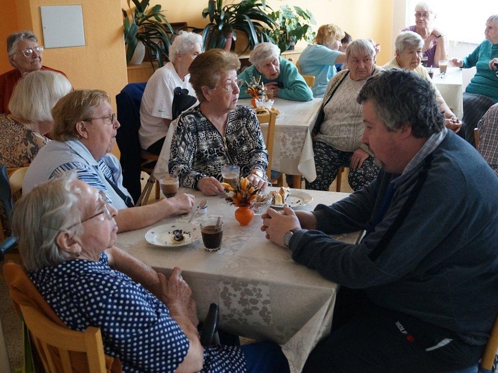 Informace pro seniory. Senioři v Domě s pečovatelskou službou v Jihlavě se dozvěděli v rámci projektu Drahuše Vargové ze SVOŠS informace o změnách spojených s průkazy zdravotně tělesně postižených a o dalších příspěvcích.