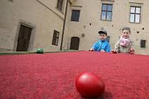 KOulení vajec. Děti i dospělí si budou moci v neděli na polenském hradě zakoulet vejci. Jedná se o každoroční zpestření velikonočních svátků. Aktivit v následujících dnech je celá řada.
