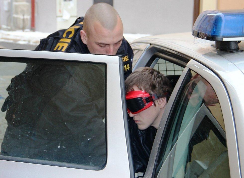 MOŽNÝ VRAH? Policisté včera přivezli zadrženého mladíka k domu v Havířské ulici v centru Jihlavy, kde pravděpodobně mohlo dojít k vraždě patnáctileté Petry Vondrákové z Dudína na Jihlavsku.
