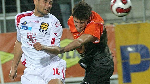 Fotbalisté Jihlavy (v bílém Petr Faldyna) se proti Fulneku nedokázali střelecky prosadit. V Sokolově ovšem chtějí uspět naplno.