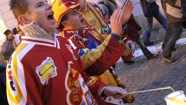 Přiznivci hokejové Dukly Jihlava se sešli na Masarykově náměstí, aby vyjádřili podporu svému oblíbenému klubu. Zhruba po půlhodině proslovů se pak dav vydal ulicemi k Horáckému zimnímu stadionu.