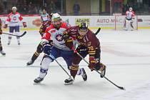 Bodově naprázdno vyšli ze svých sobotních zápasů 12. kola Chance ligy hokejové kluby z Vysočiny. Třebíč (v bílých dresech) poprvé v sezoně padla, ve Vrchlabí prohrála 2:4. Jihlava (ve vínovém) doma nestačila na Havířov.