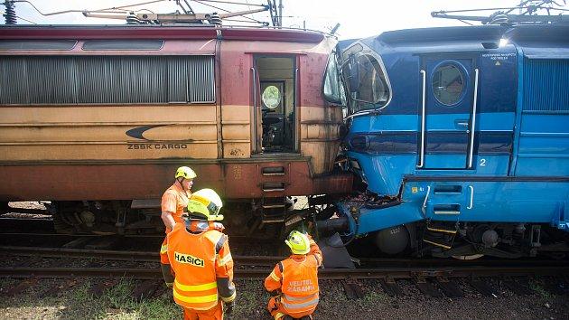 Do odstavené lokomotivy v Jihlavě narazil vlak, podívejte se