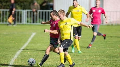 Fotbalisté Černíče (v červeném) dovedli derby v Telči do remízového konce, ačkoliv od 55. minuty hráli v oslabení.