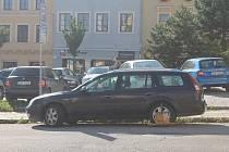 """Strážníci v Jihlavě dávají """"botičky"""" jen výjimečně, občas je ale řidiči na svých vozech najdou."""