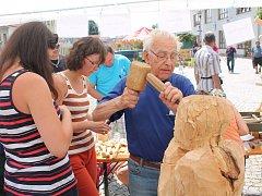 Pětaosmdesátiletý Josef Bílý z Třeště vyřezává sochu svému kamarádovi, který zahynul v dolech.