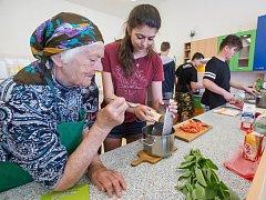 Dva týmy deváťáků a jeden tým telčských seniorů se utkali v kuchařské soutěži na Základní škole Masarykova v Telči.
