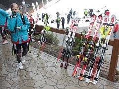 Ve skiareálu Šacberk se mladí lyžaři a snowboardisté mohli cítit jako doma, měli tady všechno.