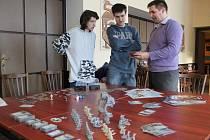 Některé deskové hry už vlastně nejsou deskové. Tvoří je sada kartiček, figurek, kostek a žetonů.