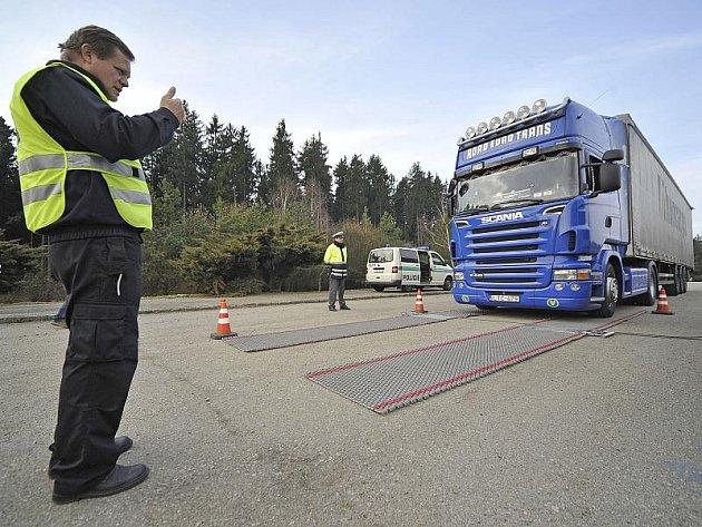 Mobilní váhy usvědčují mnoho řidičů, že vezou přetížený náklad. Při nedávné kontrole na D1 měl z 250 kontrolovaných kamioňáků problémy každý třetí. Podle výpočtů poničí jeden přetížený nákladní vůz silnici stejně jako 35 tisíc osobních automobilů.