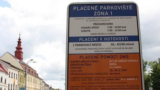 Na placení parkovného prostřednictvím SMS zpráv u každého automatu upozorňuje cedule s návodem.