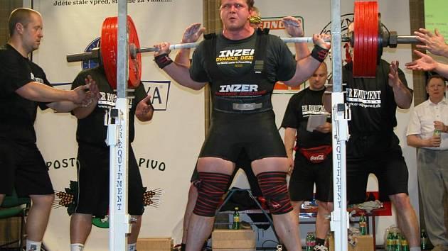 Jihlavský silový trojbojař Tomáš Šárik si na republikovém šampionátu v Nymburce vedl skvěle. Ve váhové kategorii do 110 kg obhájil vylepšeným českým rekordem 905 kg mistrovský titul.