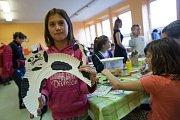 Děti ve výtvarné dílničce v DDM v Třešti vyrábí papírové kočky a netopýry u příležitosti akce Třešťské strašení.