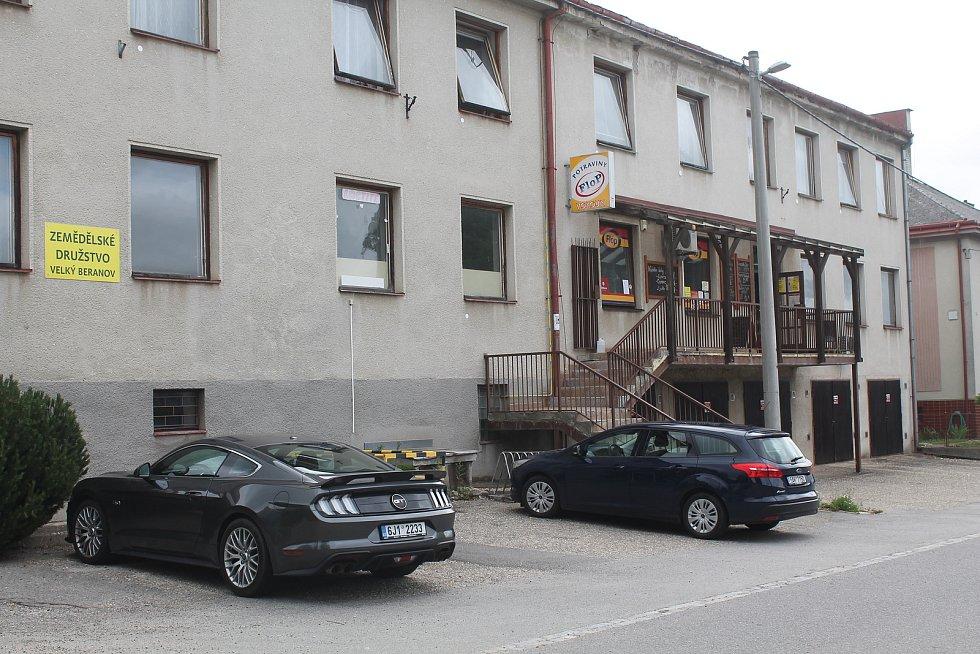Ve Velkém Beranově jsou dva obchody s potravinami.