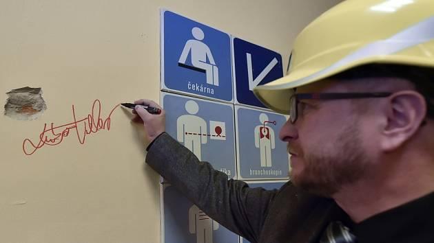 Ředitelův podpis na zdi