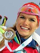 Biatlonistka Gabriela Koukalová se zahalila se do české vlajky a vykročila na slavnostní vyhlášení. Po včerejším vítězství na Světovém poháru v Novém Městě na Žďársku nedokázala popsat své pocity, které prožívala po svém triumfu.