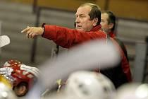 Dosavadní trenér prvoligových jihlavských hokejistů Josef Augusta v úterý rezignoval. Duklu nyní povede Roman Mejzlík s Augustovým synem Patrikem.