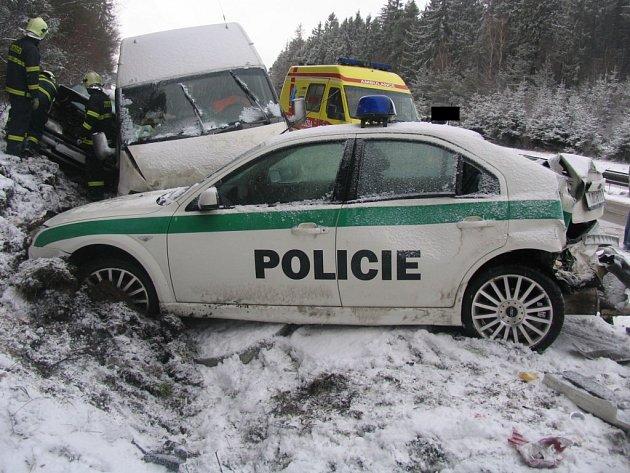 Při dopravní nehodě na 127. kilometru dálnice ve směru na Brno byli lehce zraněni také tři policisté. Do jejich vozu narazila v hustém sněžení dodávka.