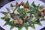 Ukázka servírování jídla vthajské restauraci.